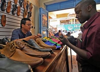 Китайский обувной бутик в Уганде. Фото: STUART PRICE/AFP/Getty Images