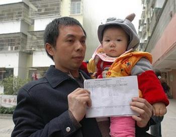 Мужчина держит медицинское заключение, в котором говорится, что у его ребёнка в крови повышенное содержание свинца. Фото с epochtimes.com