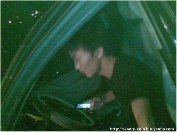 Сбив двух студенток, молодой человек закричал: «Вы поцарапали мою машину. Мой отец – Ли Ган. Если осмелитесь, то подавайте на меня в суд». Фото с epochtimes.com