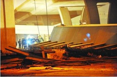 В результате обрушения балок строящегося моста погибло семь человек. Город Нанкин. Ноябрь 2010 год. Фото с epochtimes.com