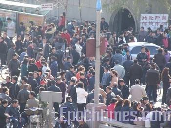 Забастовка рабочих текстильной фабрики в провинции Хэбэй. Фото: The Epoch Times