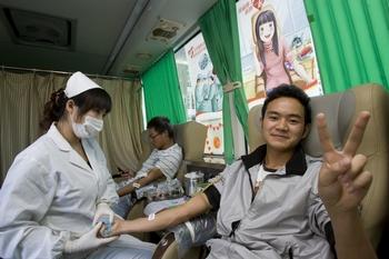 Студенты жертвуют кровь в специально оборудованном для этого автомобиле. Город Куньмин. 14 октября 2010 год. Фото с epochtimes.com