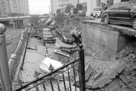 Обвалился участок дороги с восемью автомобилями. Город Вэньчжоу провинции Чжецзян. 27 декабря 2009 года. Фото с epochtimes.com