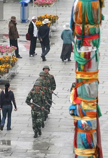 Китайские солдаты с боевым оружием наготове – частое явление в Лхасе. Тибет. Фото: China Photos/Getty Images