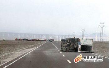 Сильный ветер перевернул грузовую машину. Синьцзян-Уйгурский автономный район. Фото с epochtimes.com