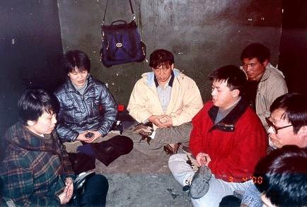 Арестованные в Пекине последователи Фалуньгун выполняют медитативные упражнения. Фото: minghui.org