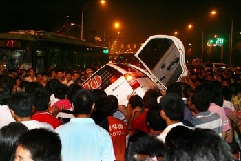 Разгневанные горожане переворачивают полицейскую машину. Провинция Цзянсу. 27 июня 2010 год. Фото с epochtimes.com
