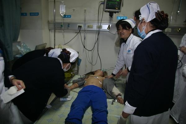 Пострадавший в давке школьник. Город Аксу, Синьцзян. Ноябрь 2010 год. Фото с epochtimes.com  Читайте также: