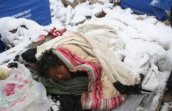 Из-за отсутствия палаток, жители пострадавших районов спят под открытым небом, укрывшись «одеялом» из снега. Фото: ЦАН