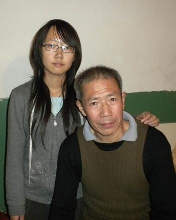 Китайский демократ Цинь Юнминь со своей дочерью. Ноябрь 2010 год. Фото предоставил Цинь Юнминь
