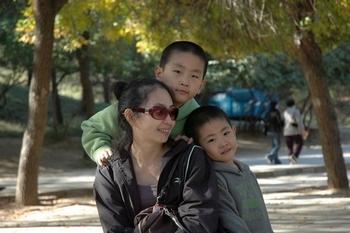 Лян Бо со своими детьми. Фото: Сюе Мэнчун