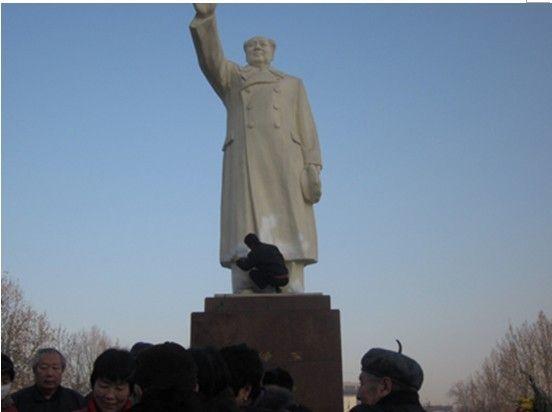 Памятник Мао Цзэдуну в Китае облили краской