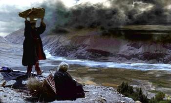Миларепа с помощью магии насылает на деревню дождь и град