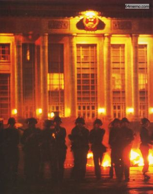 Китайские солдаты по приказу коммунистического режима открыли огонь по безоружным студентам. Пекин. Июнь 1989 года.