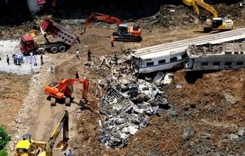 Власти распорядились поспешно закопать упавшие в результате катастрофы вагоны. Город Вэньчжоу. Июль 2010 года. Фото с epochtimes.com