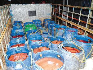 Соевый творог вымачивается в грязных бочках с формалином. Город Чунцин. Апрель 2011 год. Фото epochtimes.com