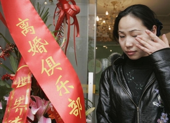 В Китае растёт число разводов. Фото: Photo by China Photos/Getty Images
