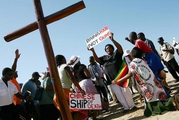 Члены религиозных общин протестуют против поставок Китаем оружия в Зимбабве. Фото: RAJESH JANTILAL/AFP/Getty Images