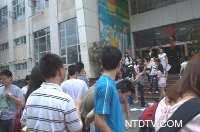 Листовки с призывом к свержению компартии Китая были повсюду возле здания университета. Провинция Сычуань. Июнь 2011 год. Фото: NTD