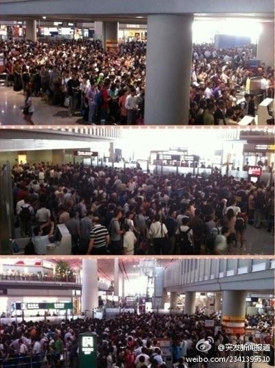 возле окон регистрации в пекинском аэропорту вызванное внезапным повышением уровня безопасности. Фото с epochtimes.com