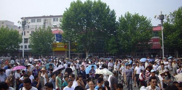 Забастовка сотрудников геологоразведочной компании. Провинция Хэнань. Август 2011 года. Фото с epochtimes.com