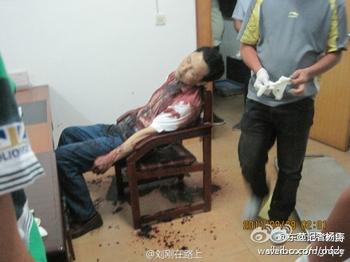 Окровавленный труп чиновника Се Есиня был найден в его кабинете. Провинция Хубэй. Августа 2011 год. Фото с epochtimes.com