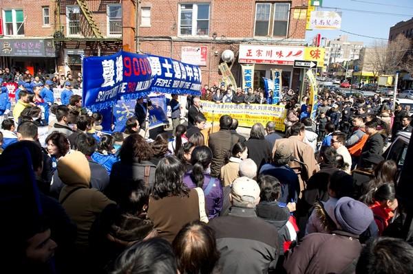 Представитель Всемирной организации по расследованию преследований в отношении Фалуньгун (ВОРПФ) Чжиюань Ван выступил на митинге. Фото: Великая Эпоха (The Epoch Times)