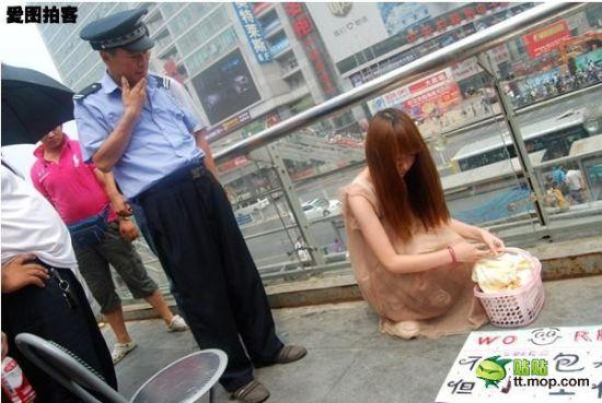 Выпускница пекинского института, отчаявшись найти работу, зарабатывает чисткой обуви прохожим. Пекин. Август 2011 год. Фото с kanzhongguo.com