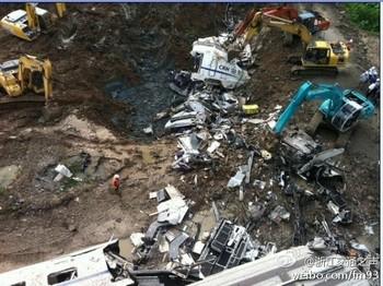 Экскаваторы в срочном порядке закопали упавшие с моста вагоны. Фото с epochtimes.com
