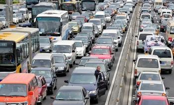 В Пекине побит рекорд по одновременному количеству автомобильных пробок. 29 апреля 2011 год. Фото:  FREDERIC J. BROWN/AFP/Getty Images