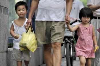 Шанхай, 31 июля 2009 года. Китай, в результате 30-летнего контроля над рождаемостью, сталкивается с проблемами старения населения, уменьшения трудоспособного населения и гендерным дисбалансом. (AFP/Getty Images)