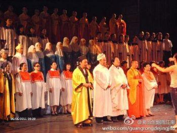 «Представители» пяти основных религий Китая (буддизм, даосизм, ислам, католицизм и протестантизм), одетые в свои религиозные одежды, на сцене вместе исполняют «красные песни». (Weibo.com)