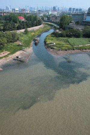 Более 40% воды главных семи рек в Китае не пригодны для контакта с телом человека. Фото с epochtimes.com