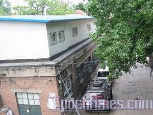 «Чёрные тюрьмы» могут располагаться в помещениях зданий и отдельных зданиях без вывесок. На фото здание «чёрной тюрьмы» в Пекине, на улице Юаньмэнь. Фото: The Epoch Times