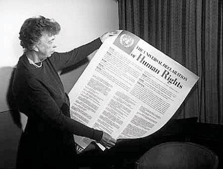 Фото: Первая леди США Элеонора Рузвельт читает «Всеобщую декларацию прав человека». (Википедия).