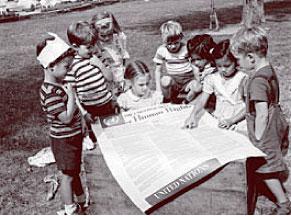 Фото: Группа международной школы Организации Объединенных Наций,  по очереди читают «Всеобщую декларацию прав человека» (галерея ООН).