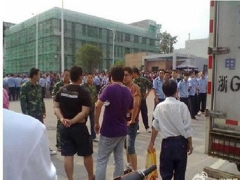 Протест против введения налога на электроэнергию. Уезд Пуцзян провинции Чжэцзян. Август 2011 год. Фото с  epochtimes.com