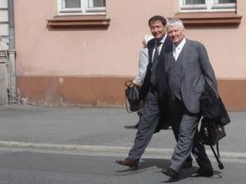 Обвиняемый в шпионаже в пользу Китая доктор Чжон Чжоу и его защитник адвокат Отто Шили после заседания Верховного суда Нижней Саксонии в городе Целле. Фото: Renate Lilge-Stodieck/The Epoch Times