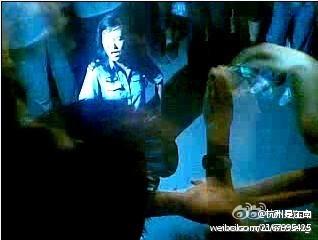 Женщину-полицейского заставили на коленях попросить прощение. Город Цзилинь провинции Шаньдун. Августа 2011 год