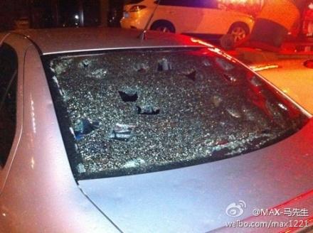 Градины были настолько крупные, что разбивали стёкла автомобилей. Город Шэньян провинция Ляонин. Август 2011 год. Фото с epochtimes.com