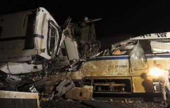 Спасатель работает после крушения скоростных поездов 23 июля недалеко от восточного китайского города Вэньчжоу. Обломки поезда D301 были спешно похоронены в земле, но из-за сильного общественного осуждения чиновники вынуждены были вырыть их снова. Фото: AFP/Getty Images