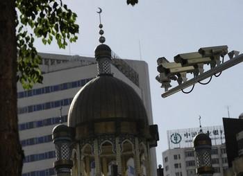 Видеокамеры наблюдения на улице в городе Урумчи. Фото: AFP