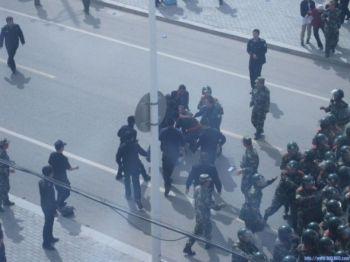23 мая сотни пастухов вышли с протестами к правительственному зданию и были разогнаны полицией. (Southern Mongolian Human Rights Information Center)