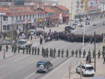 23 мая сотни пастухов протестовали возле правительственного здания и были разогнаны полицией. (Southern Mongolian Human Rights Information Center)