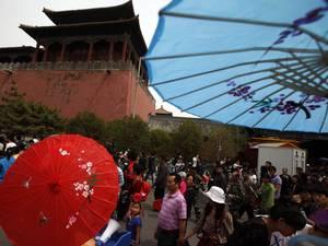 Разрисованные зонтики продаются у стен «Запретного города» в Пекине, но в повседневной жизни древняя культура Китая утеряла свое значение. Фото:  Ng Han Guan