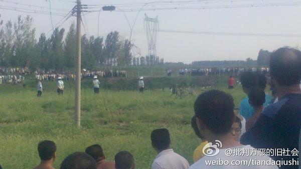 Крестьяне протестуют против загрязнения реки. Провинция Хэбэй. Август 2011 год. Фото с epochtimes.com