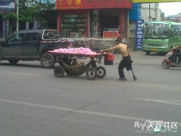 Погибший уличный торговец-инвалид со своей тележкой с фруктами. Провинция Гуйчжоу. Июль 2011 года. Фото с epochtimes.com
