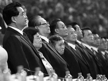 Цзян Цзэминь (3-й слева) в ряду с Ху Цзиньтао, другими членами компартии Китаяи их женами во время открытия Паралимпийских игр 2008 в Пекине. Фото: Liu Jin/AFP/Getty Images