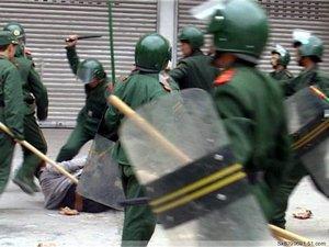 Полицейские избивают крестьянина, защищающего свою землю от отъёма. Провинция Ганьсу. Фото с epochtimes.com