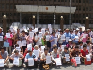Крестьяне обращаются к правительству с требованием не отбирать у них землю. Шанхай. Фото с epochtimes.com